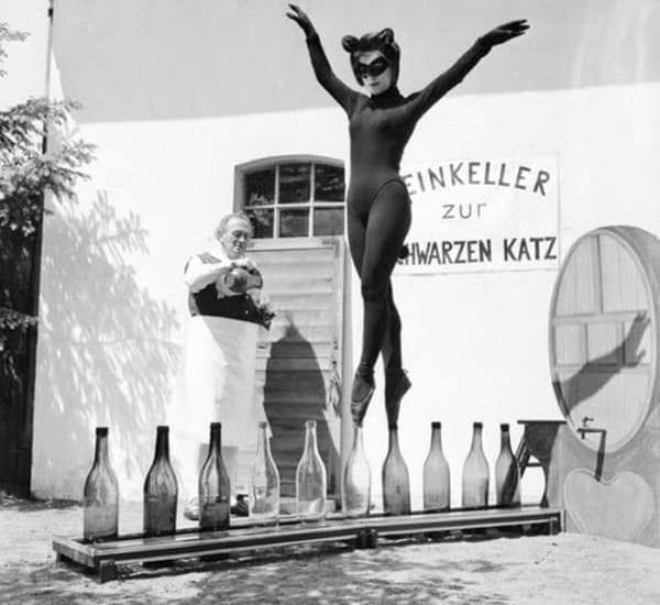 Balet pe sticle de vin
