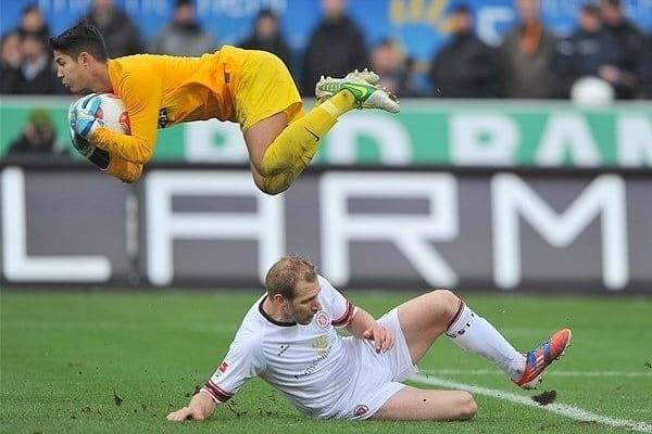 Roland Mueller prinde mingea în fața lui Florian Kringe