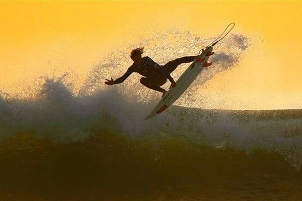 Un surfer pe val