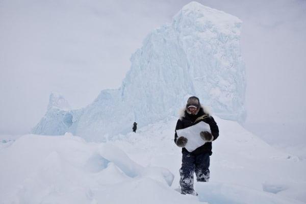 Un inuit aduce apă potabilă