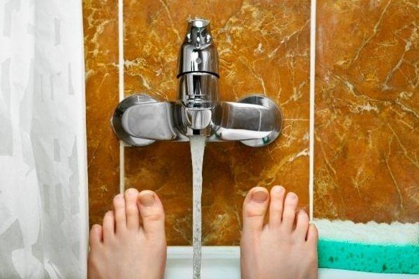 Scuze - Degetul de la picior mi s-a blocat în robinetul de la baie