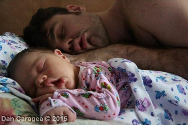 Copiii trebuie să doarmă cu părinții? - Tați dormind cu copii 5