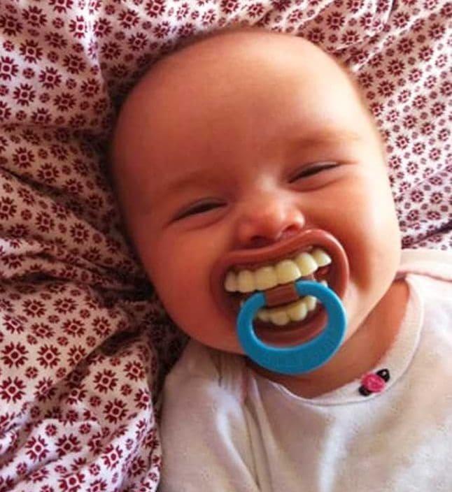 Suzetă cu dinți