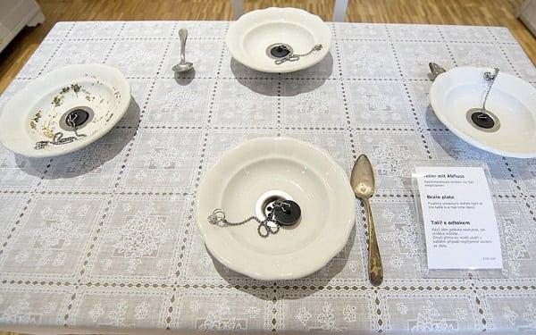 Muzeul lucrurilor fără rost - Farfurii cu dop
