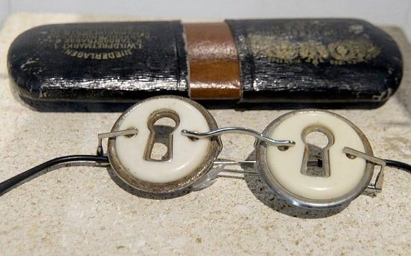 Ochelari cu gaură de cheie pentru voyeuri