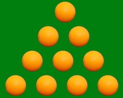 10 mingi aranjate în triunghi