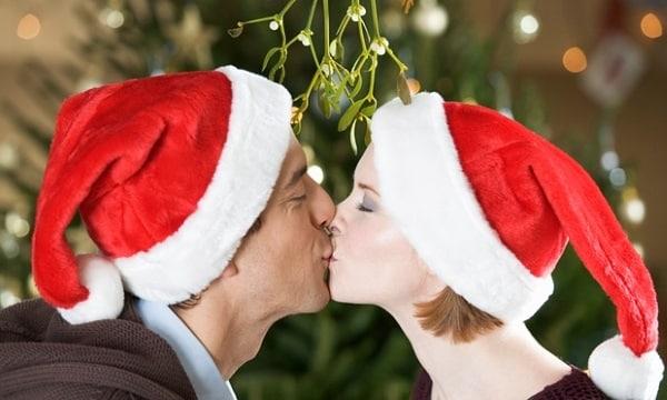 De ce ne sărutăm sub vâsc
