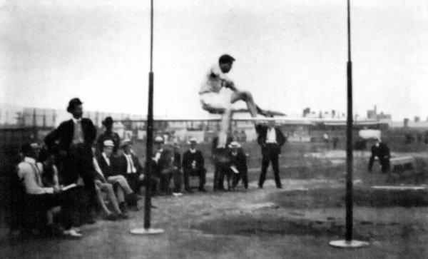 Sporturi ciudate - Săritură în înălțime de pe loc