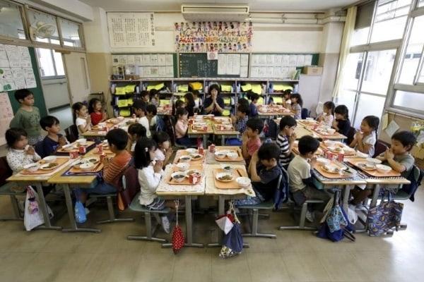 Masa de la școală este o parte a educației